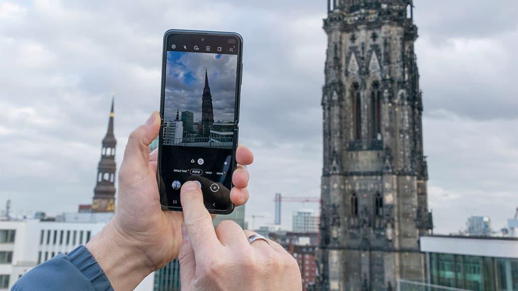 Galaxy Z Flip fotografiert eine Kirche