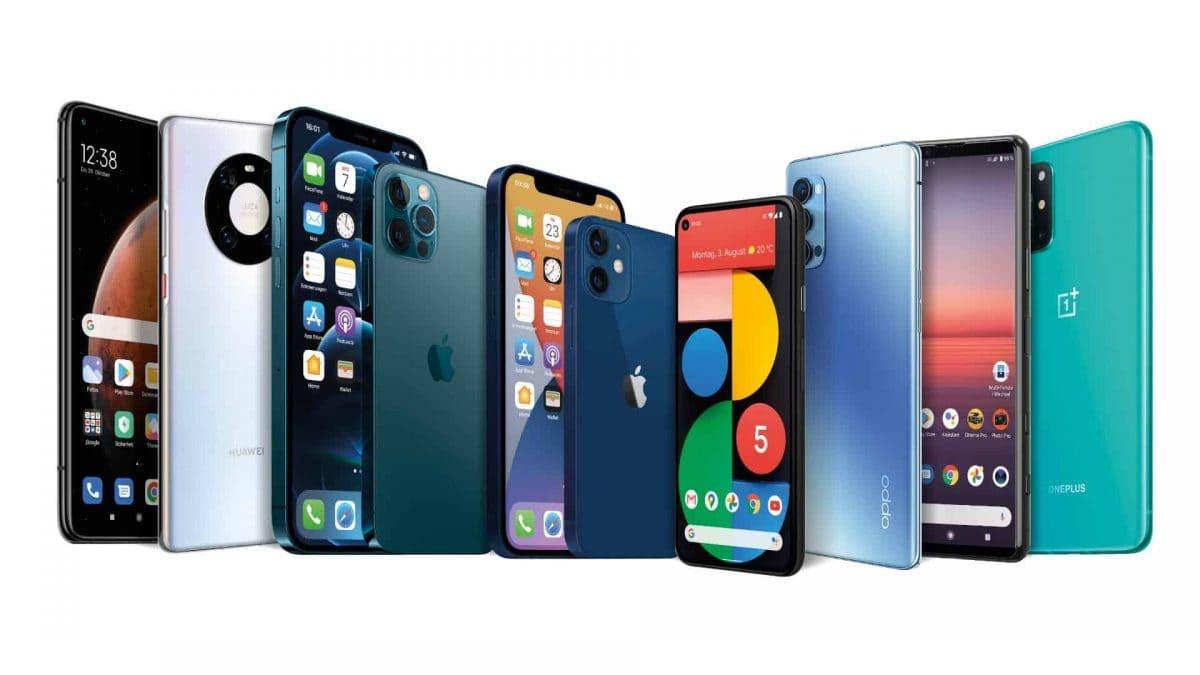 Mehrere Smartphones stehen nebeinander