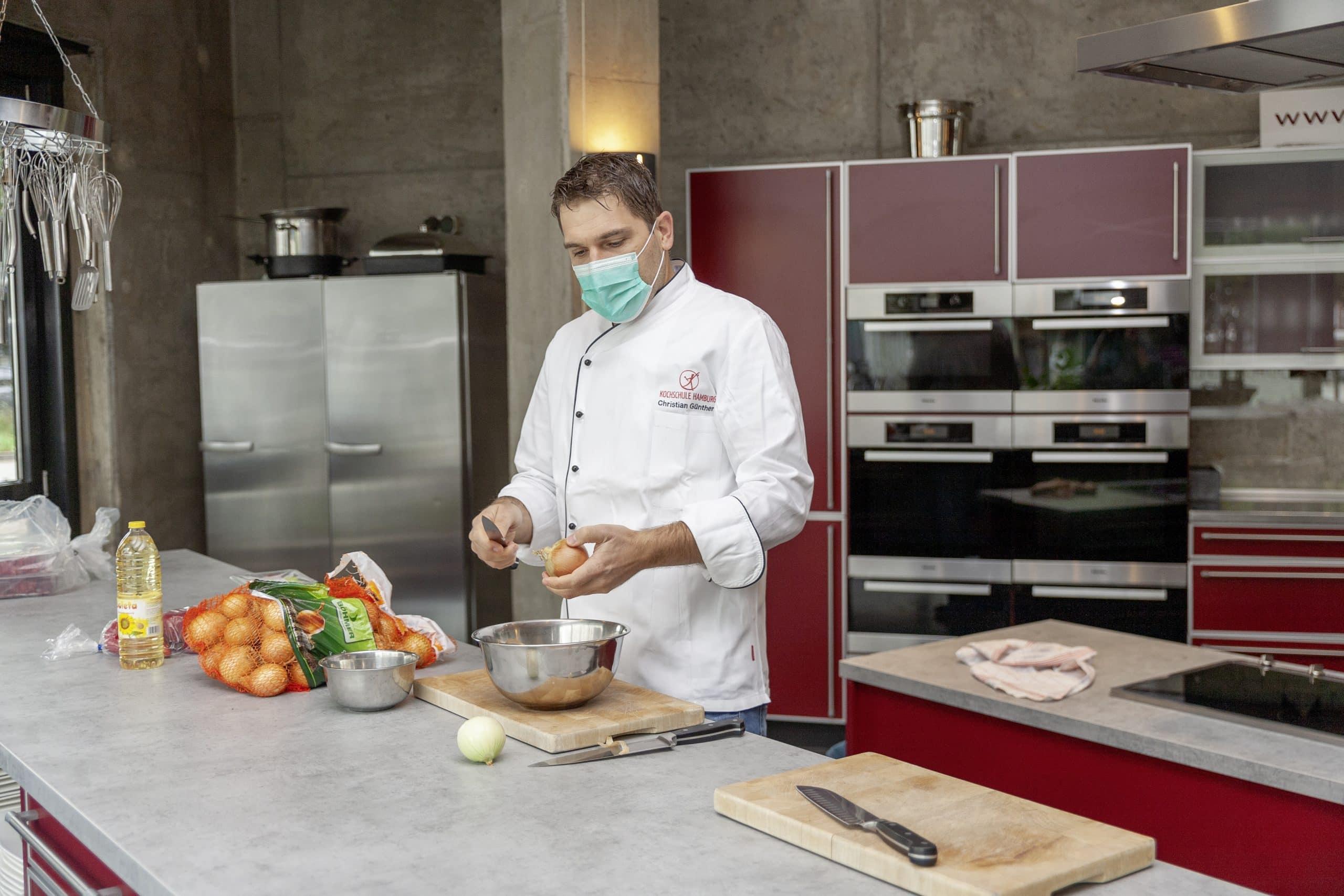 Christian Günther bereitet Gulasch für die Küchenmaschinen zu