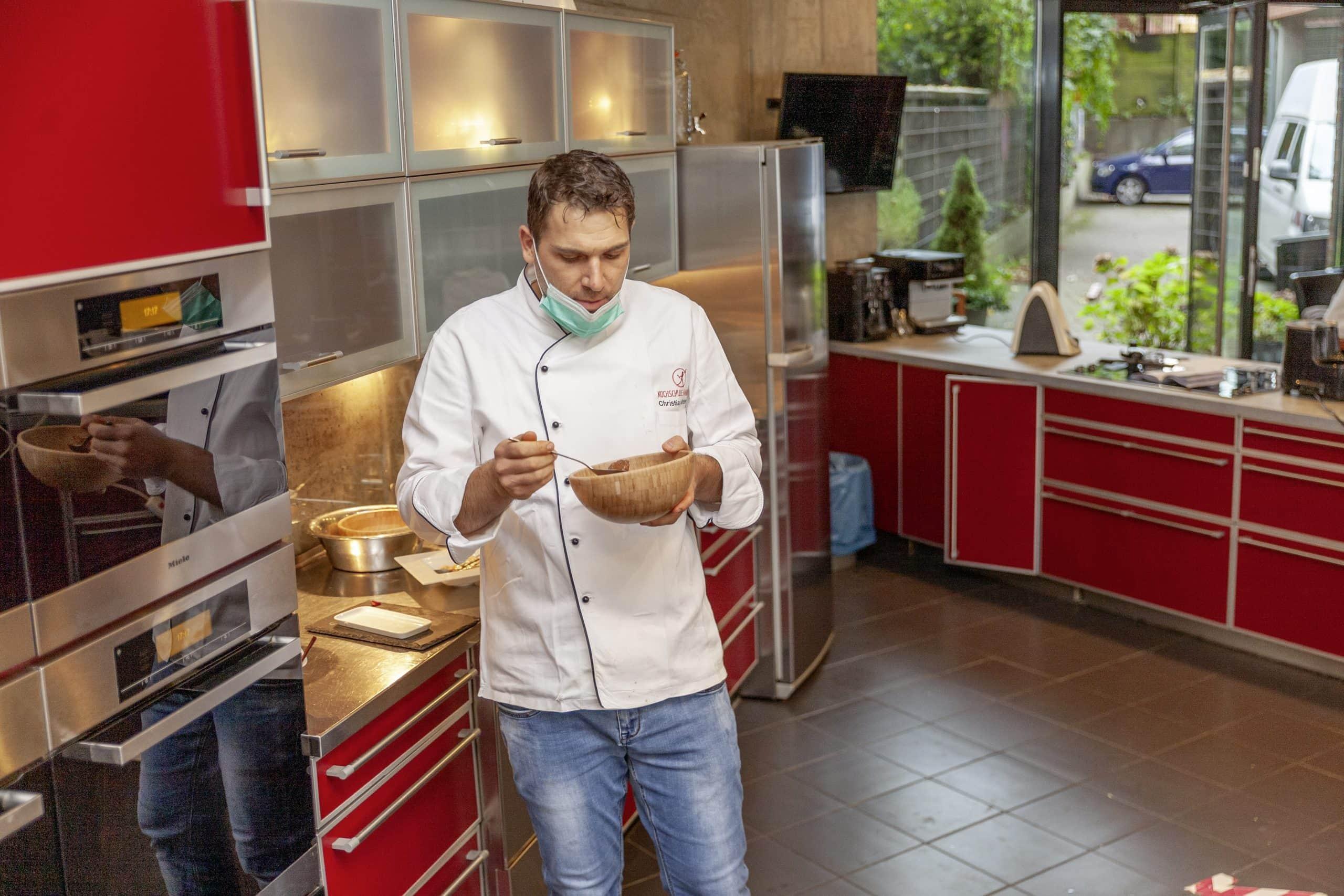 Christian Günther probiert das Gulasch der Küchenmaschinen