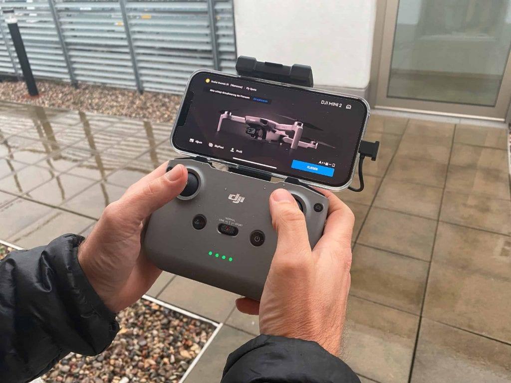 Fest im Griff: Der Controller der DJI Mini 2 liegt perfekt in der Hand und erlaubt präzise Steuerung.