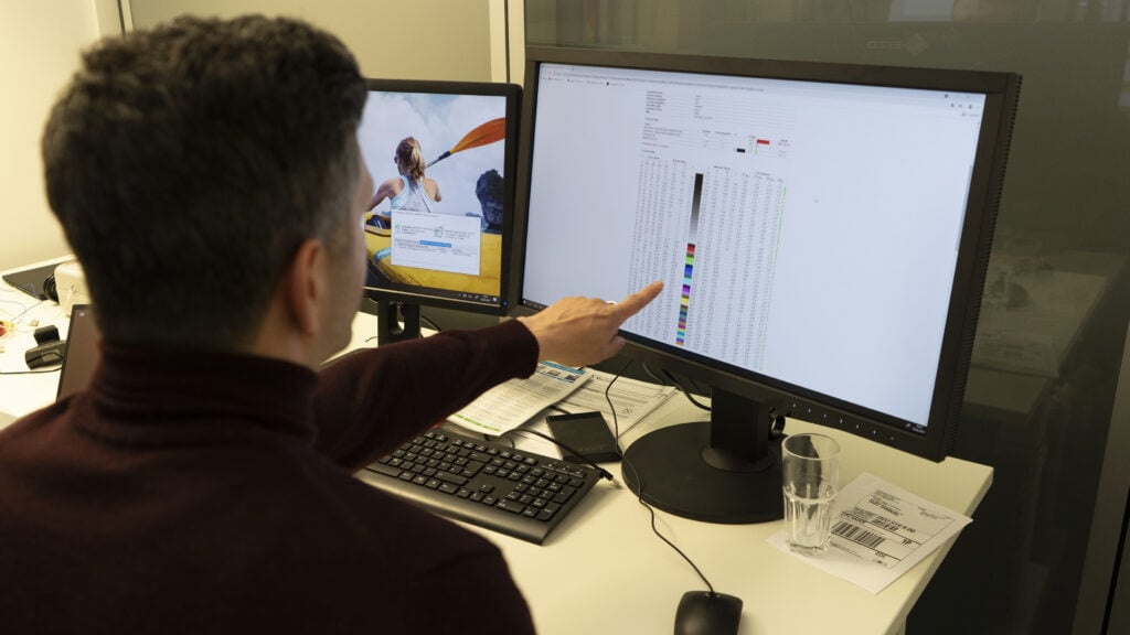 Mann zeigt auf Bildschirm mit Testergebnisse