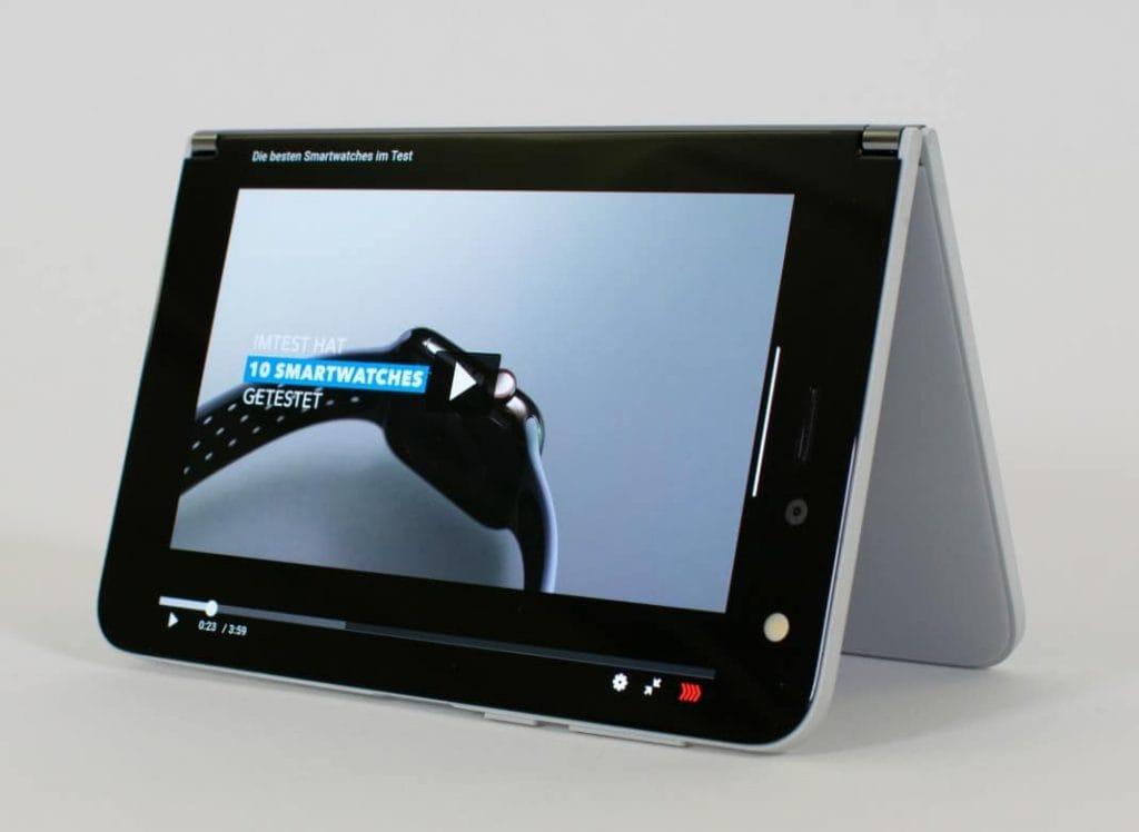 Standfest: Zum Videoschauen oder für Video-Telefonate lässt sich das Duo zeltähnlich aufstellen.