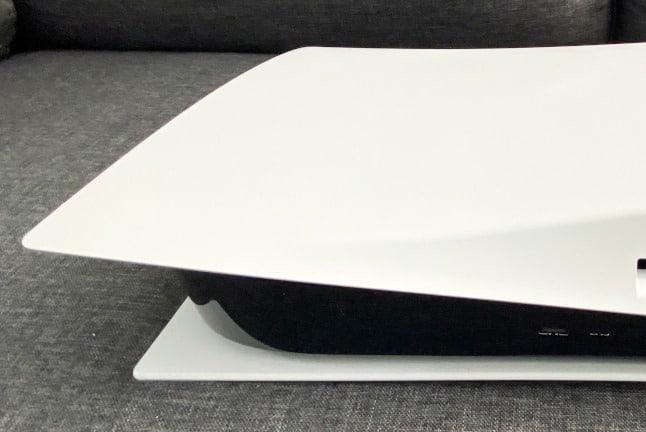 Playstation 5 mit flaschem Design