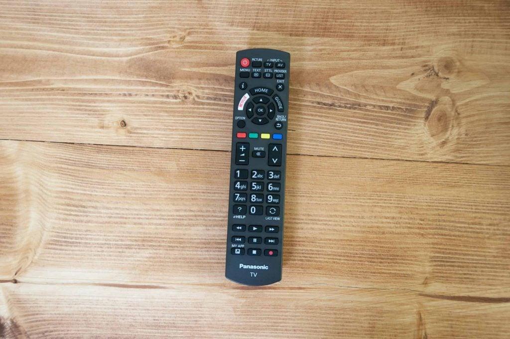 """Die Fernbedienung vom 904er Panasonic ist identisch mit der vom 954 und hat demnach  genau dieselben Schwächen: Beispielsweise ist """"Blickkontakt"""" zwischen Fernbedienung und TV notwendig."""