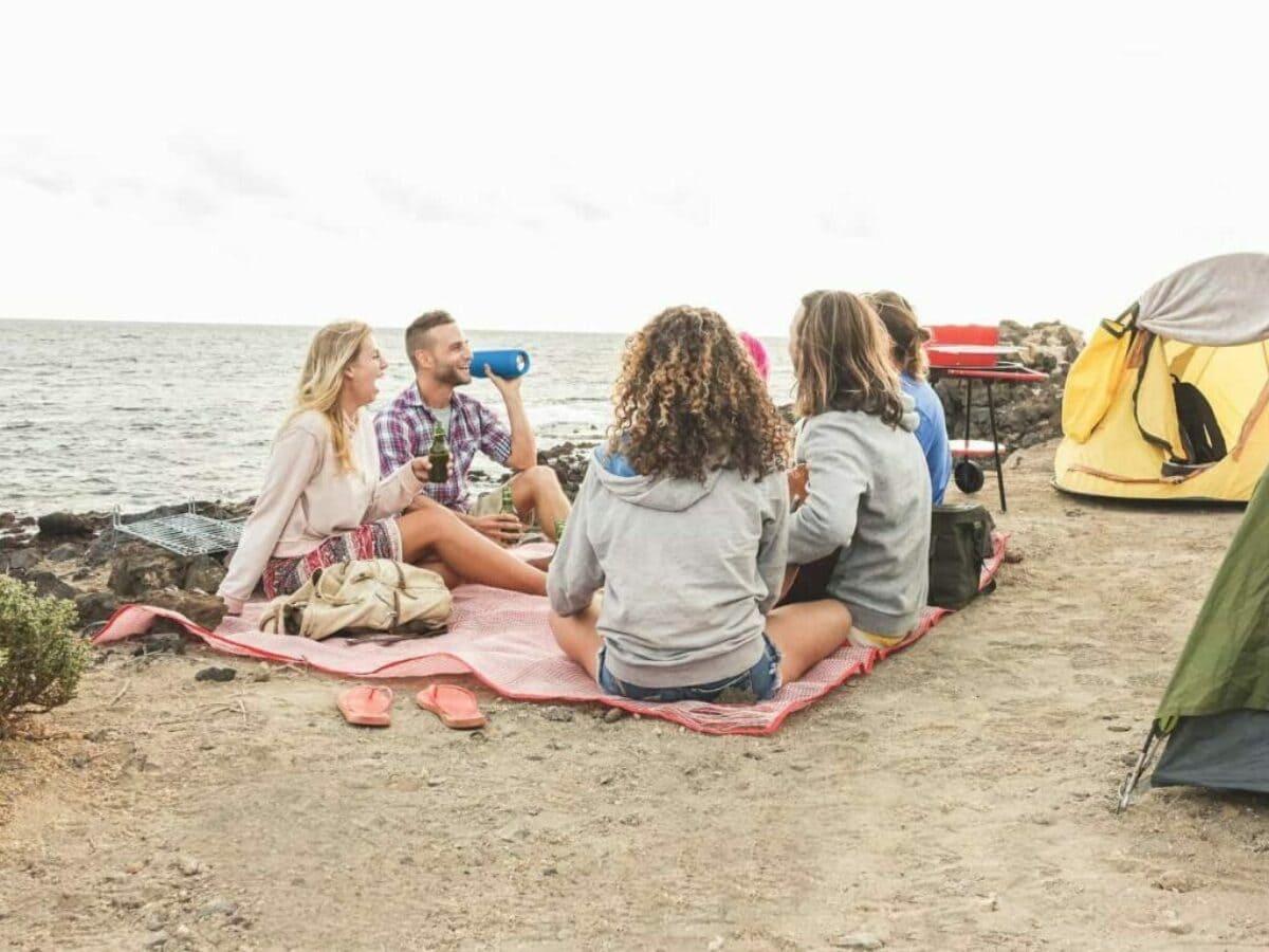 Menschen sitzen am Strand
