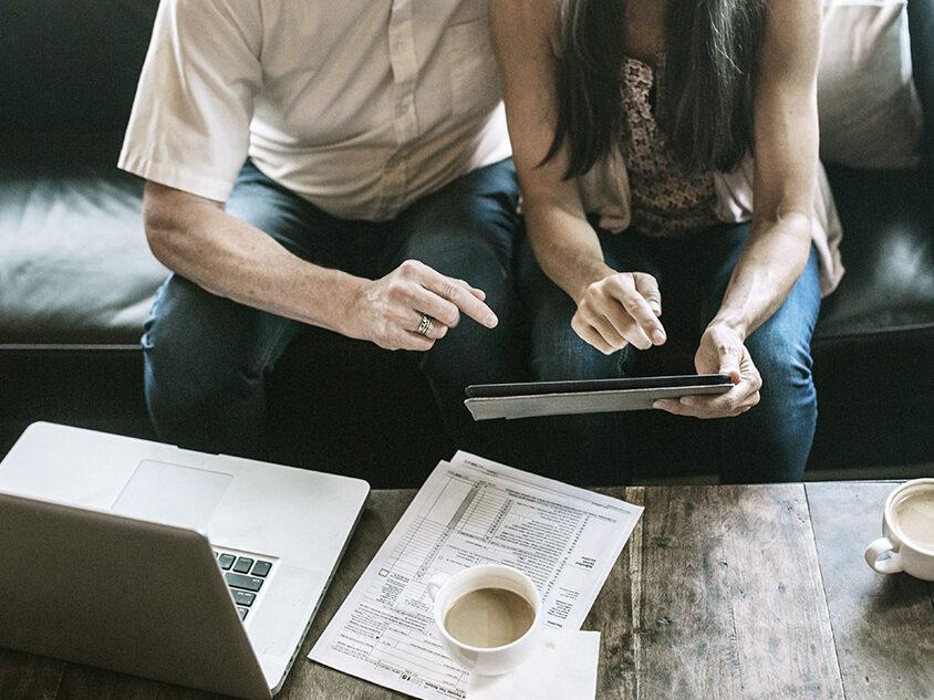 Mann und Frau machen am Tablet ihre Steuererklärung
