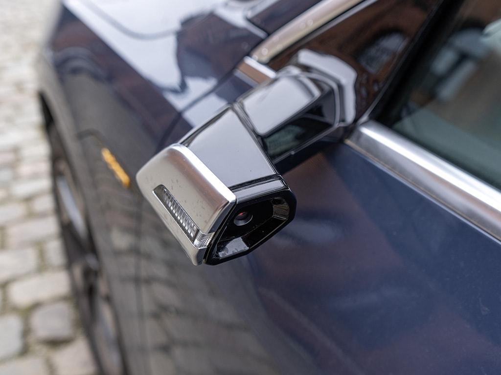 Virtueller Seitenspiegel: Das Kamerabild wird auf 2 OLED-Displays live gestreamt.