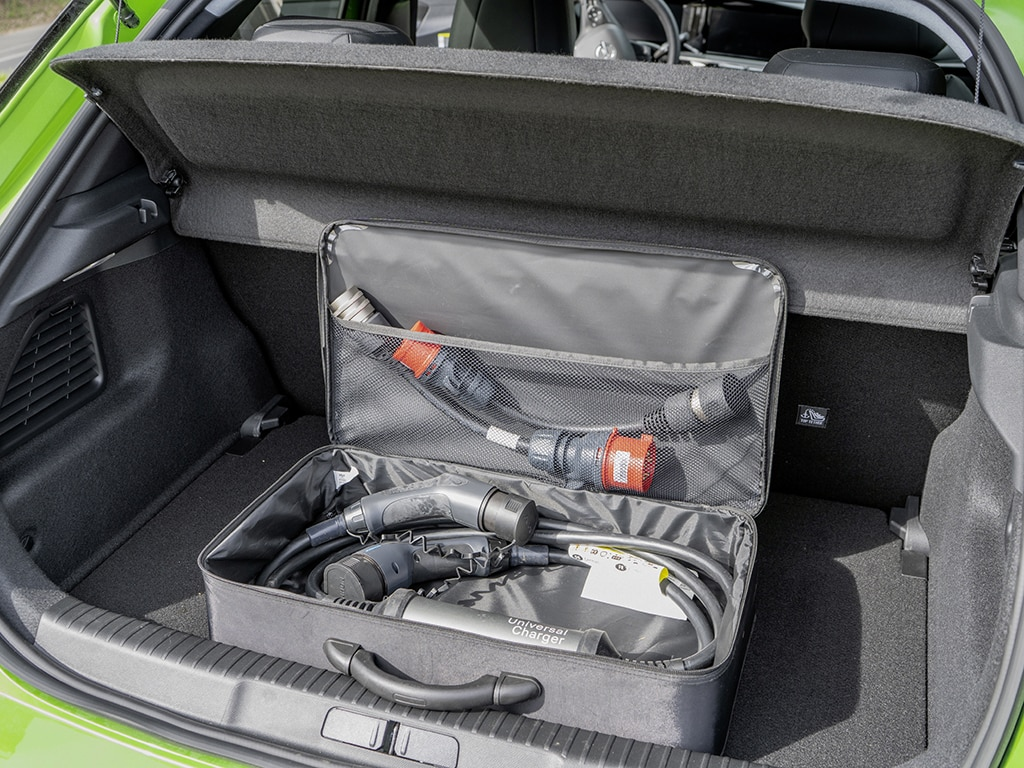 Zum Zusammenstecken: Dem Opel liegt ein Ladekabel für Haushaltssteckdose und Ladesäule bei.