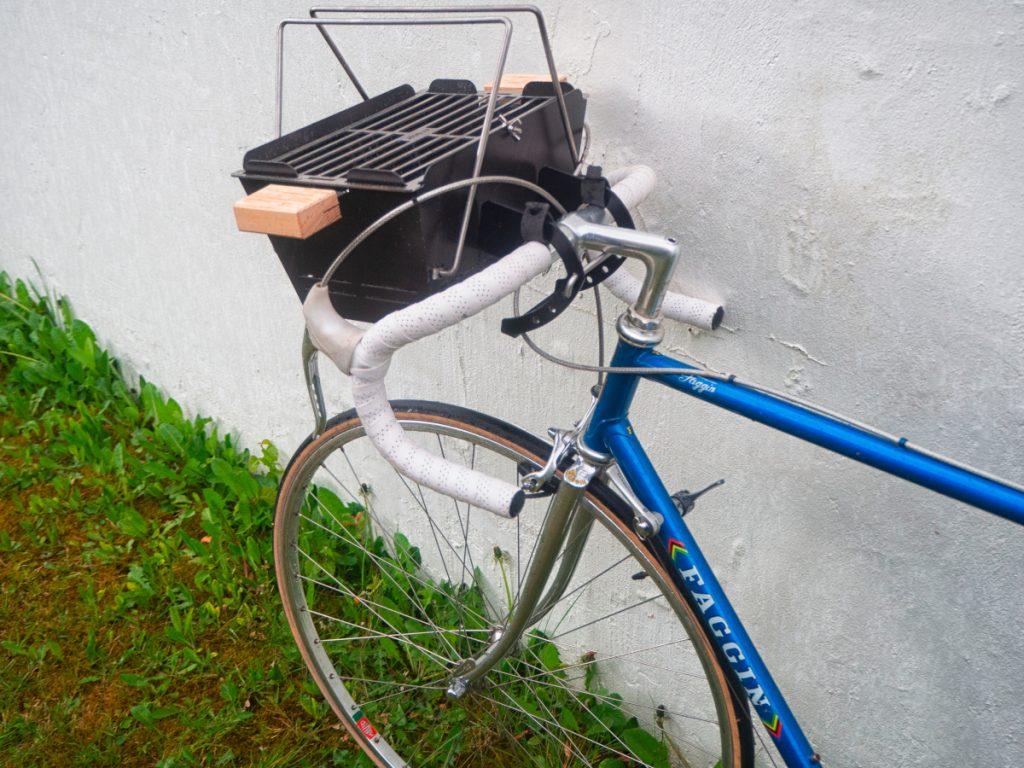 Mobilen Grill auf Fahrrad transportieren