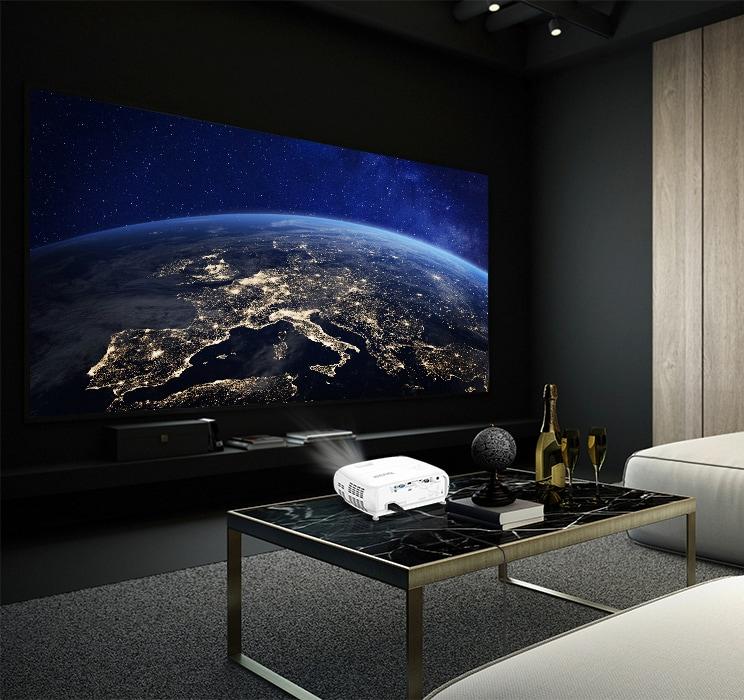 dunkler Raum mit weißen Beamer auf Wohnzimmertisch, der Bild von Weltall projiziert