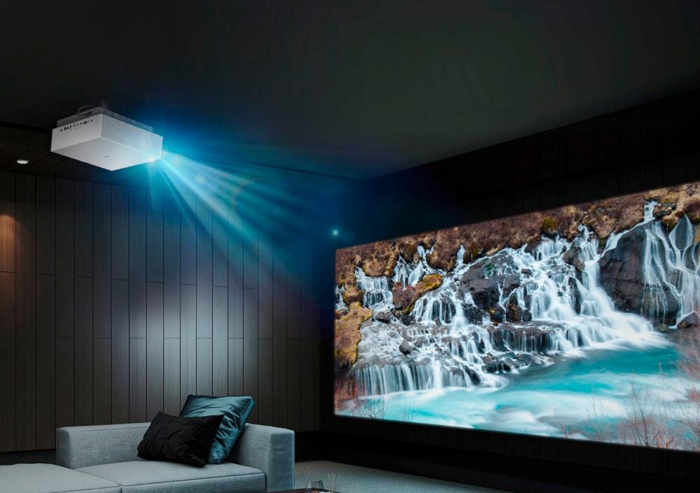 Dunkler Raum mit weißen strahlendem Beamer an der Decke, der Wasserfall-Bild auf Leinwand projiziert