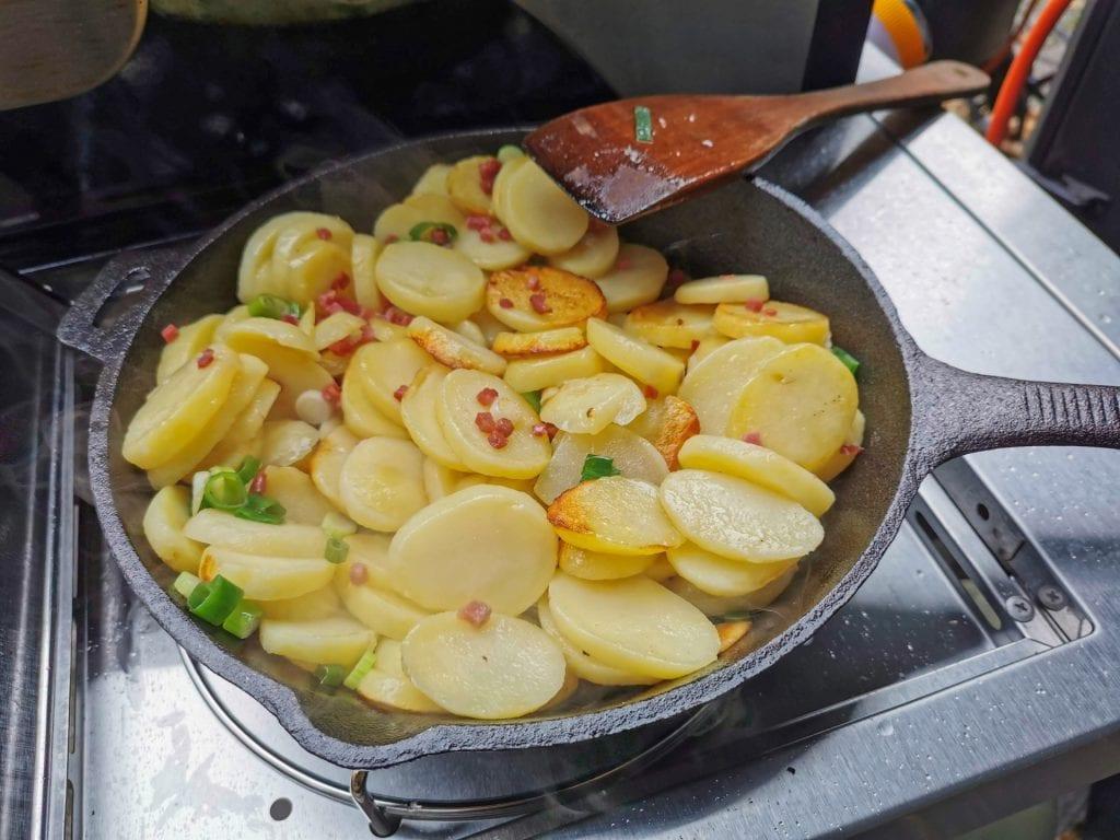 Bratkartoffeln auf dem Grill braten