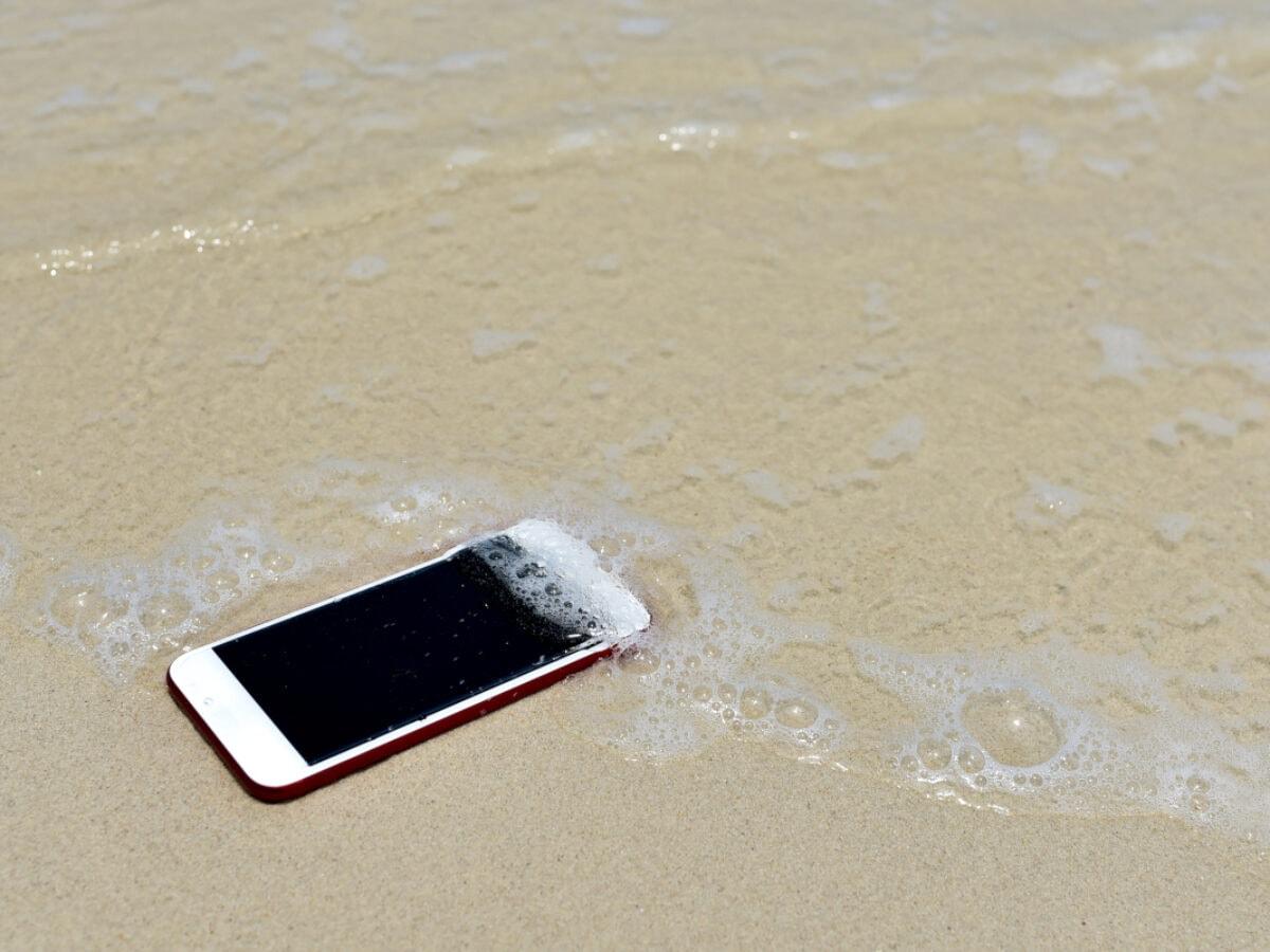Smartphone-Hilfe im Urlaub: Was tun bei Wasserschaden