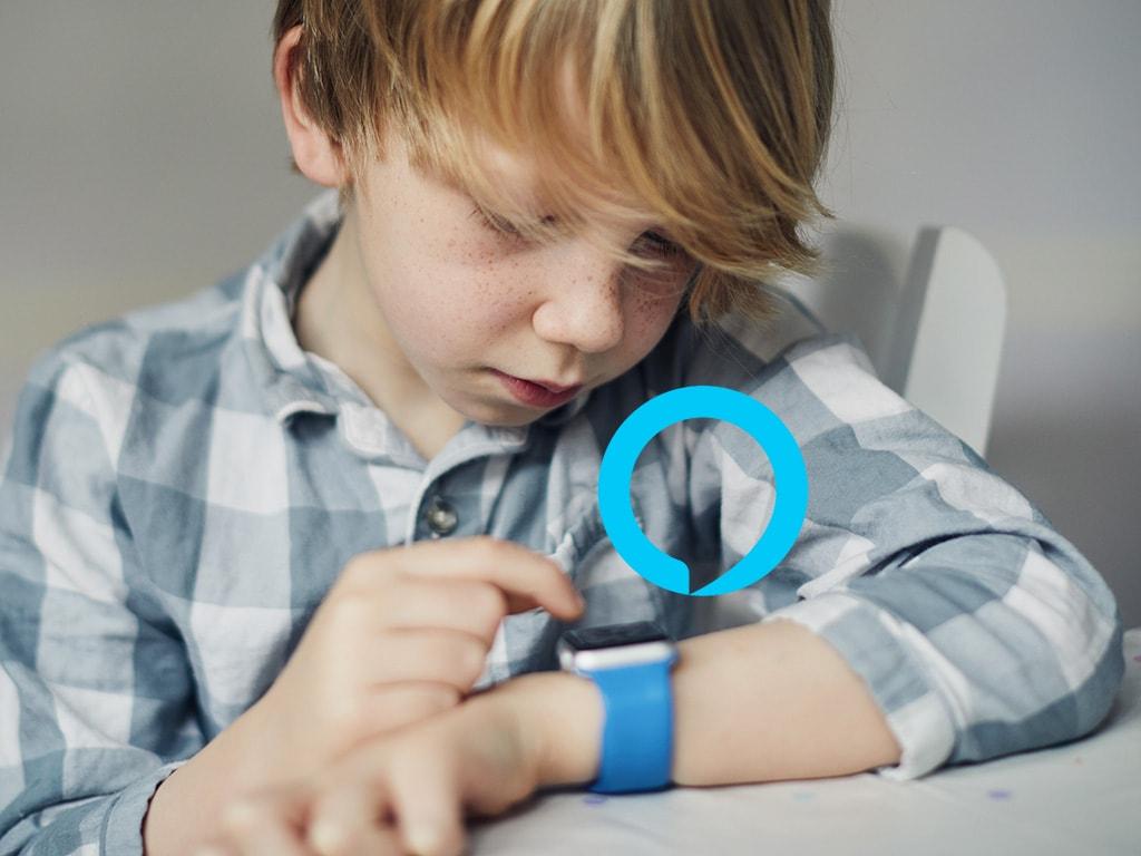Ein Kinde spielt an seiner Smartwatch am Handgelenk.