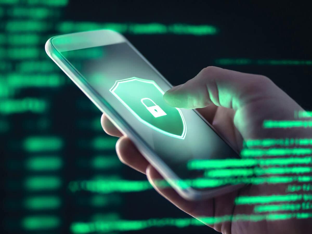 Smartphone mit installierter Anti-Viren-App.