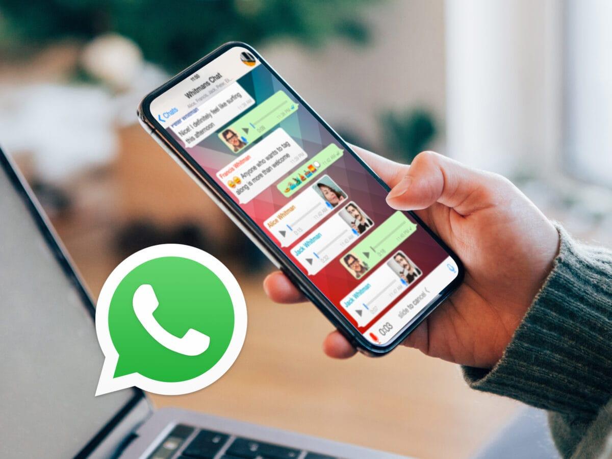 Ein Mann hält ein Smartphone in der Hand und nutzt WhatsApp