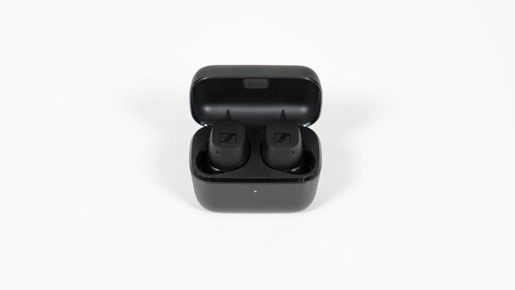 Sennheiser CX True Wireless in der offenen Schatulle.