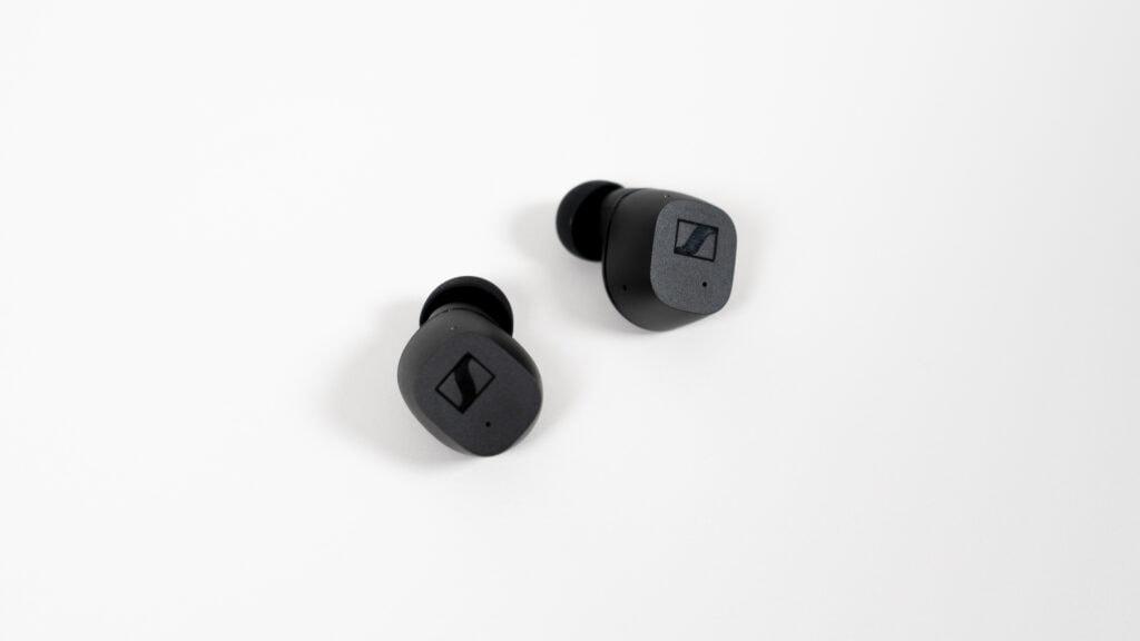 Die glatte Oberfläche der Sennheiser CX True Wireless ist berührungsempfindlich und steuert die Ohrhörer.