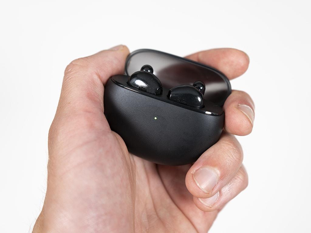 Oppo Enco Air in einer Hand.