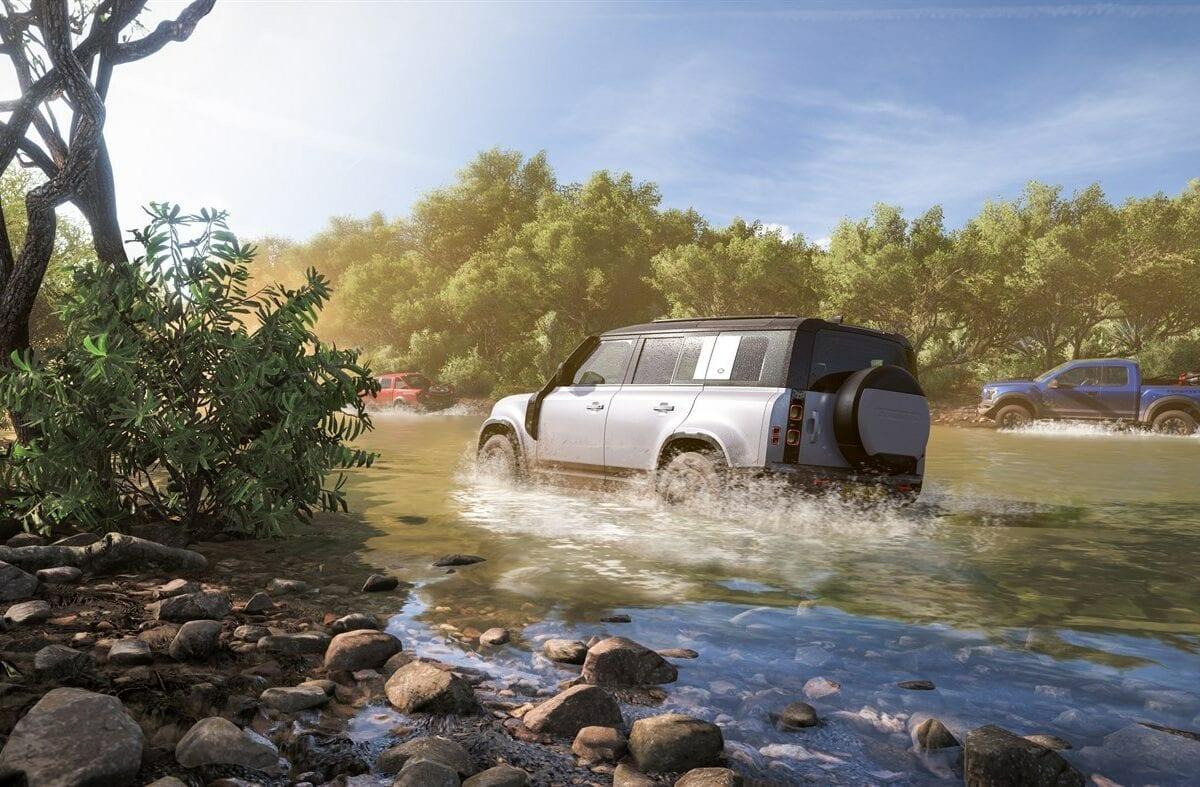 Ein Jeep fährt durch Wasser.