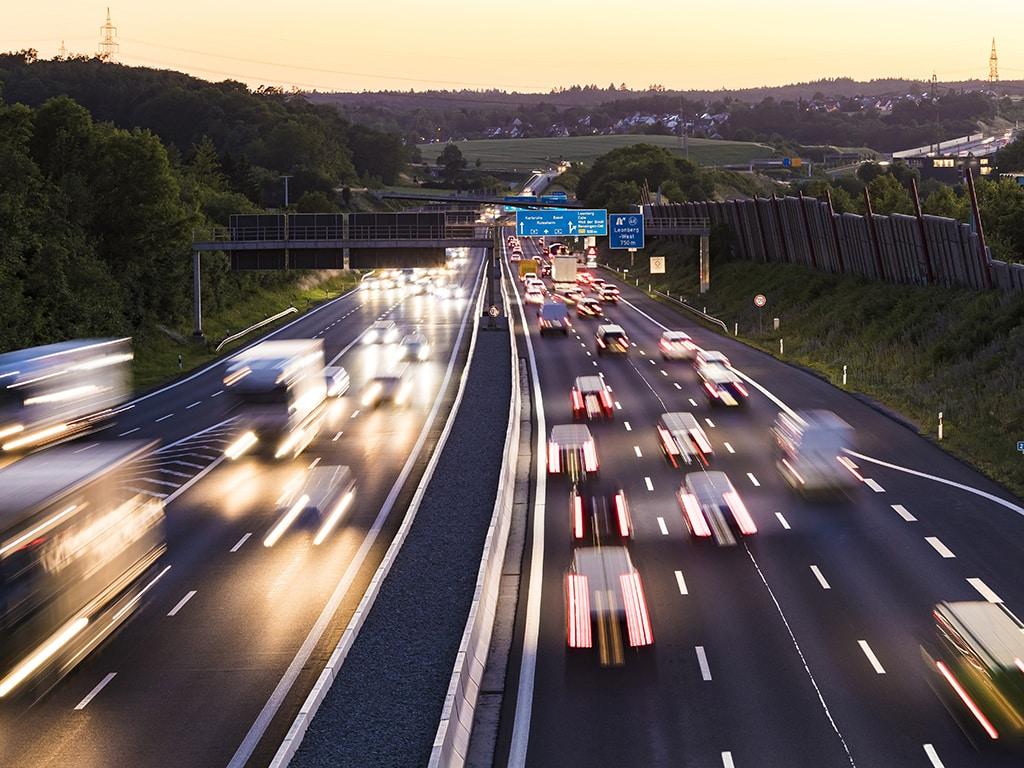 Eine Autobahn bei Nacht.