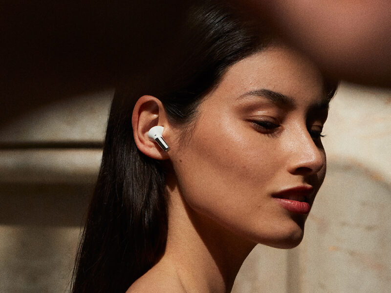 Eine Frau mit In-Ear-Kopfhörern.