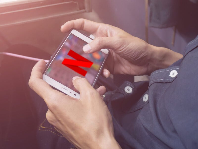 Netflix-Logo auf Gaming-Handy.