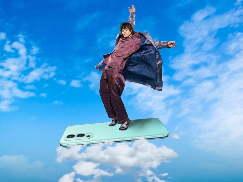 Ein Mann nutzt ein Smartphone als fliegenden Teppich.