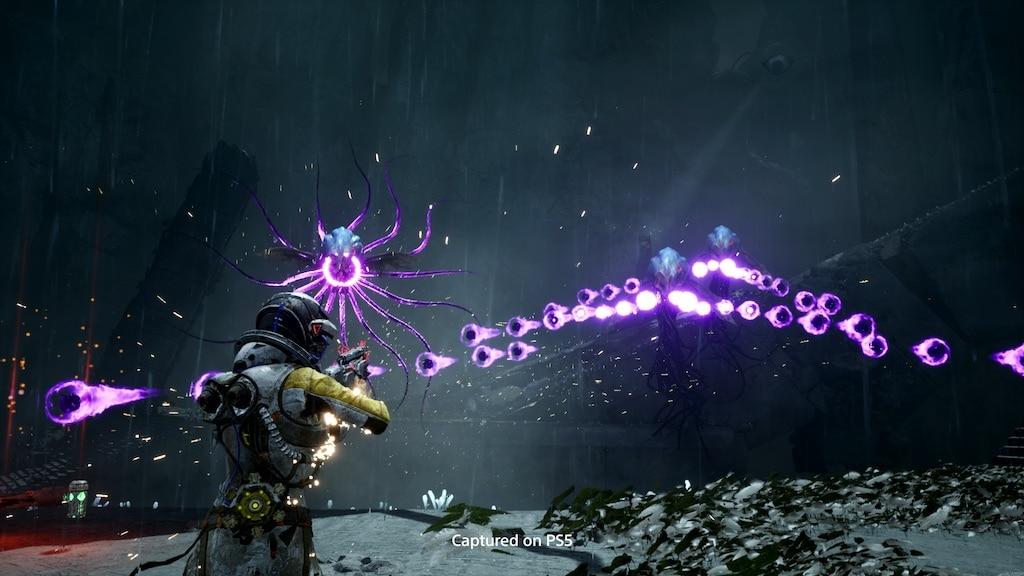 Die Spielfigur aus Returnal im Kampf gegen Monster