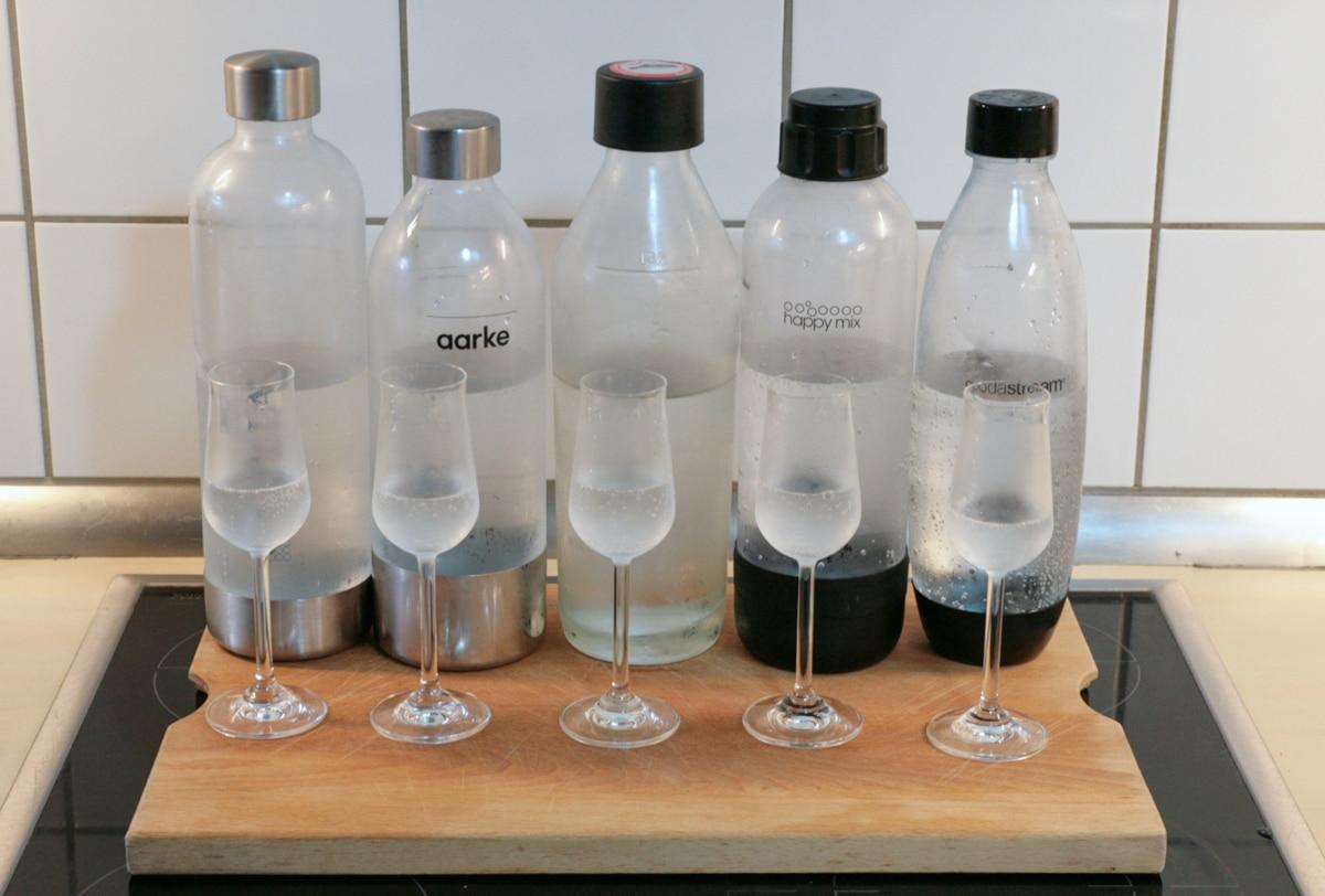 Wasserflaschen der Sprudler und Gläser