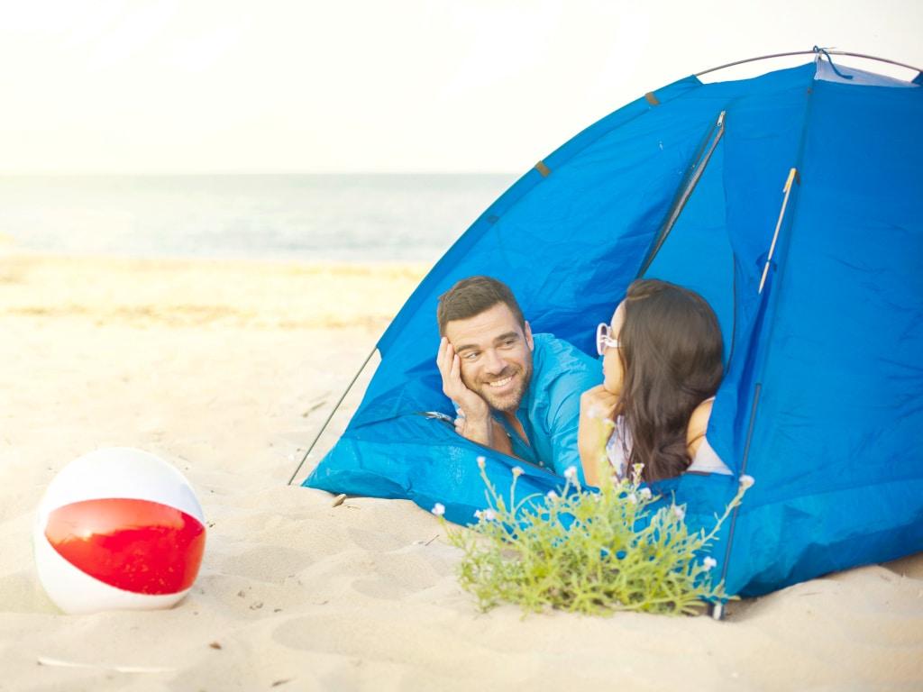 Junges Paar in Strandmuschel