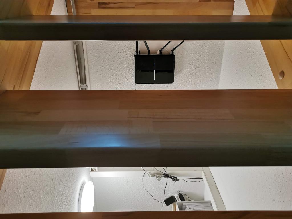 Router ist unter der Treppe platziert