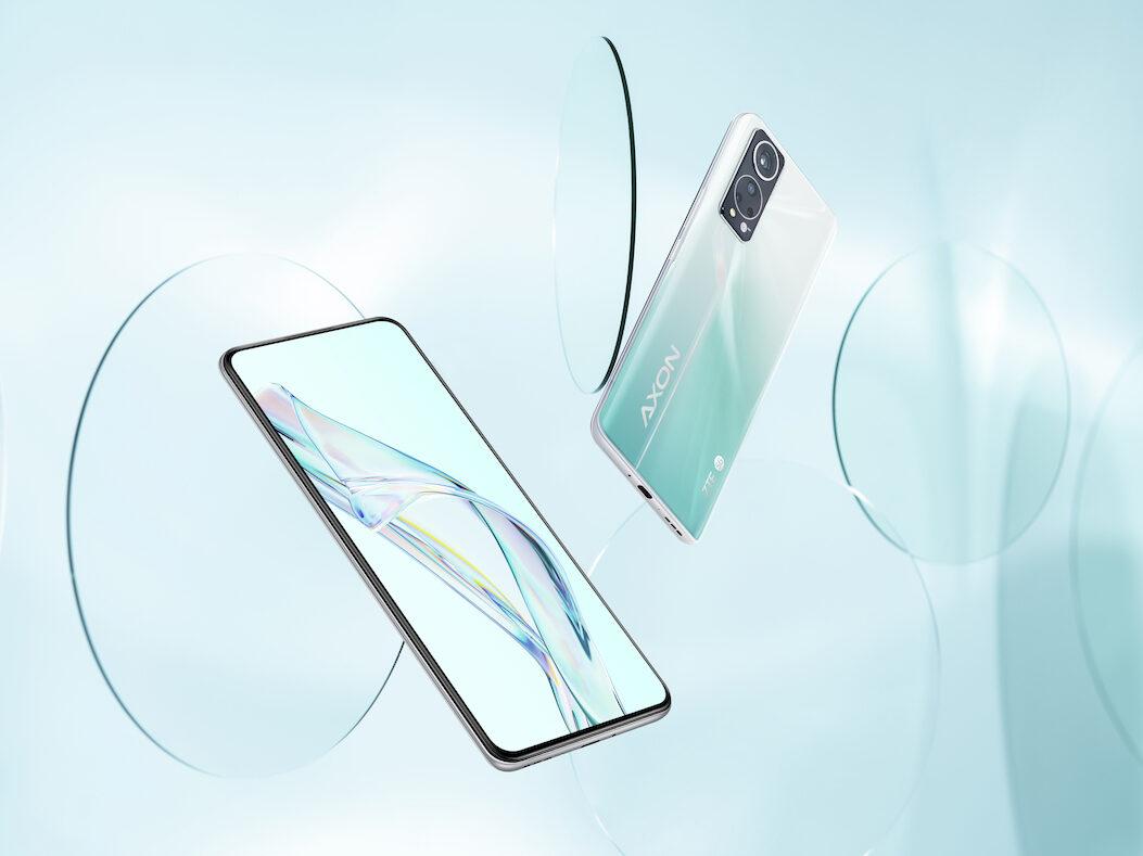 Zwei Smartphones schweben auf einem Werbemotiv.