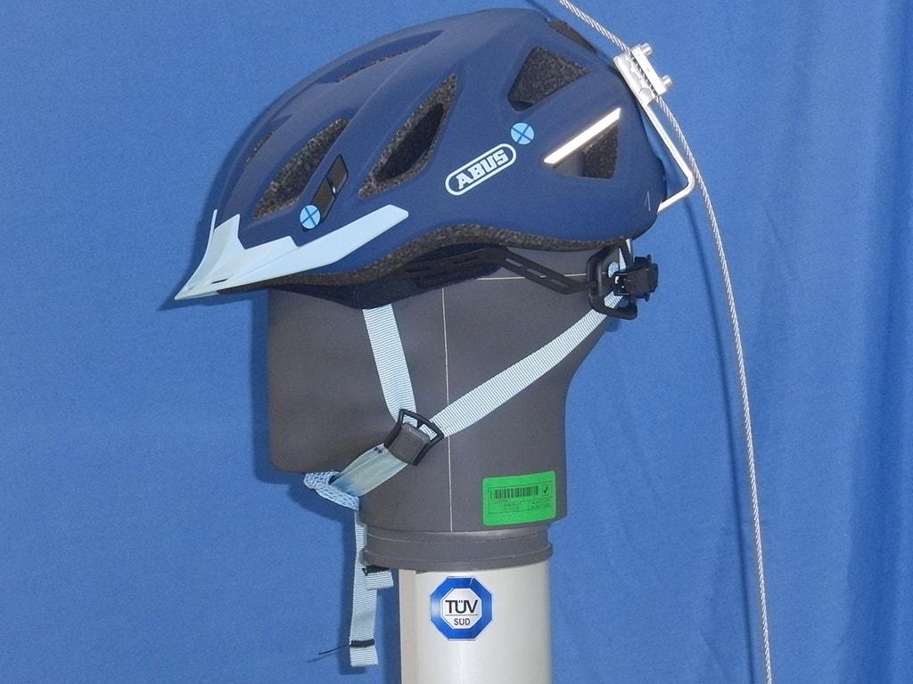 Abus-Helm auf Dummy-Kopf von der Seite wird von Seil nach vorne gezogen