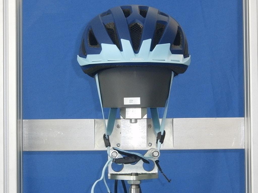 Abus-Helm frontal auf Metallkopf mit gestreckten Kinnriemen
