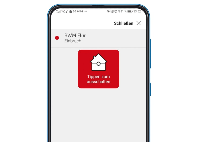 Smartphone zur Hälfte mit Alarm-Benachrichtigung auf weißem Hintergrund