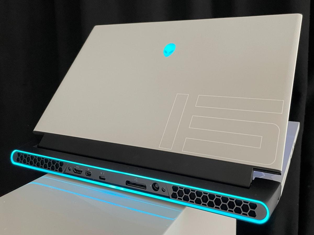 Alienware Notebook von hinten mit blauer Beleuchtung