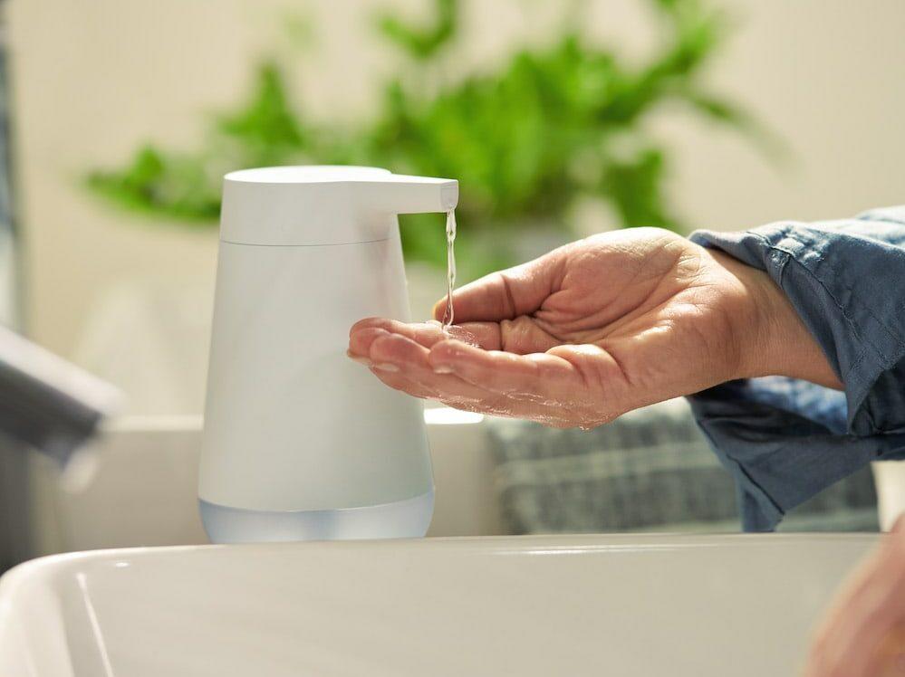 Eine Hand vor einem Seifenspender