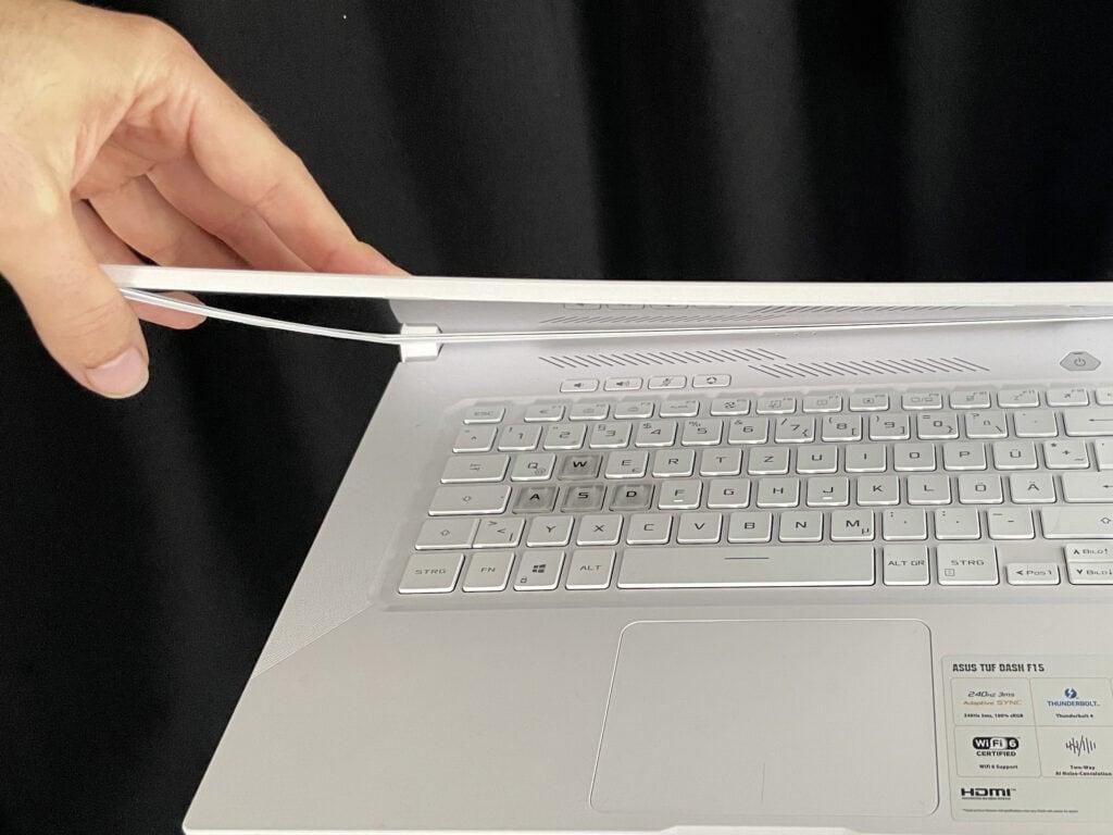 Asus Notebook mit nachgebendem Plastikgehäuse