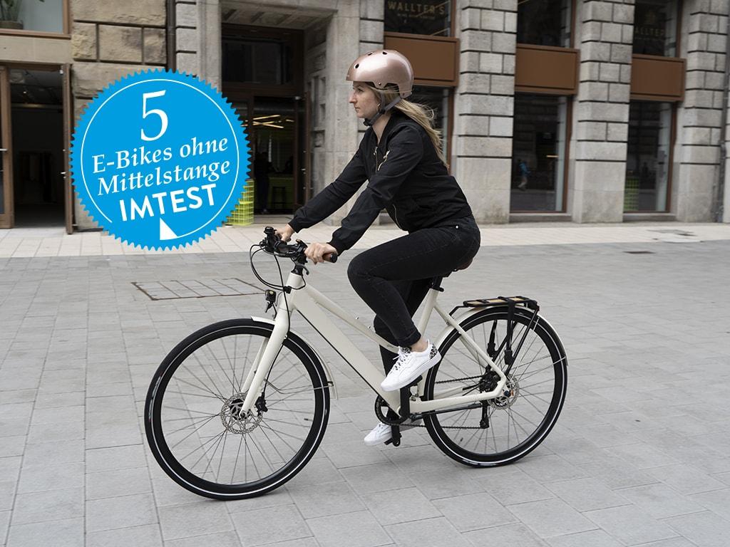 5 Pedelecs im Test: Frau fährt auf weißem E-Bike in der Stadt