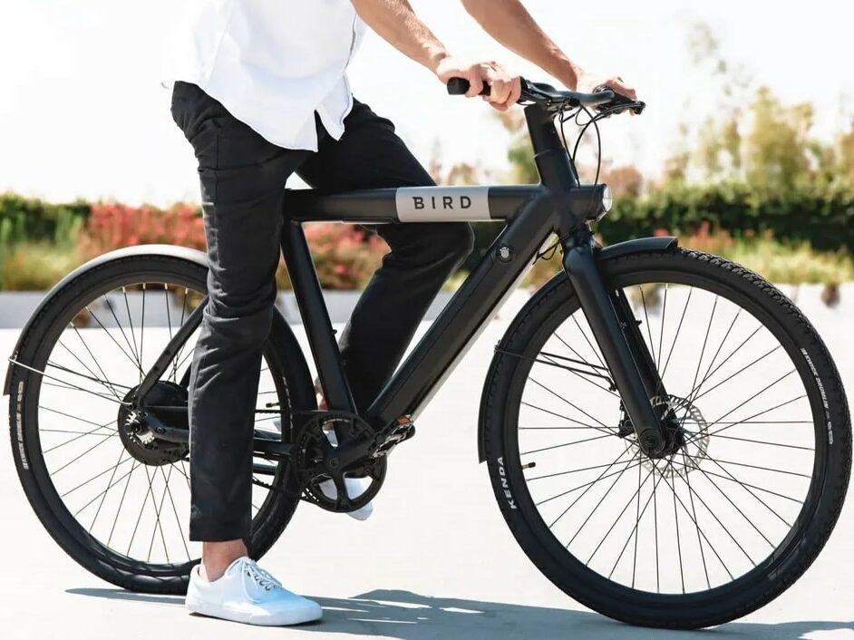 Ein Mann auf einem Fahrrad.