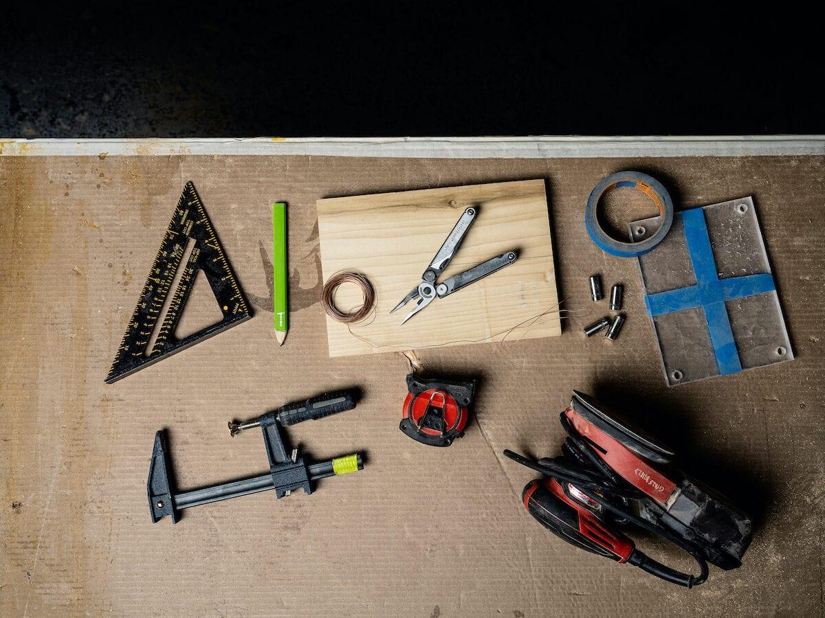 Ein Multi-Tool liegt auf einem Werkzeugtisch.