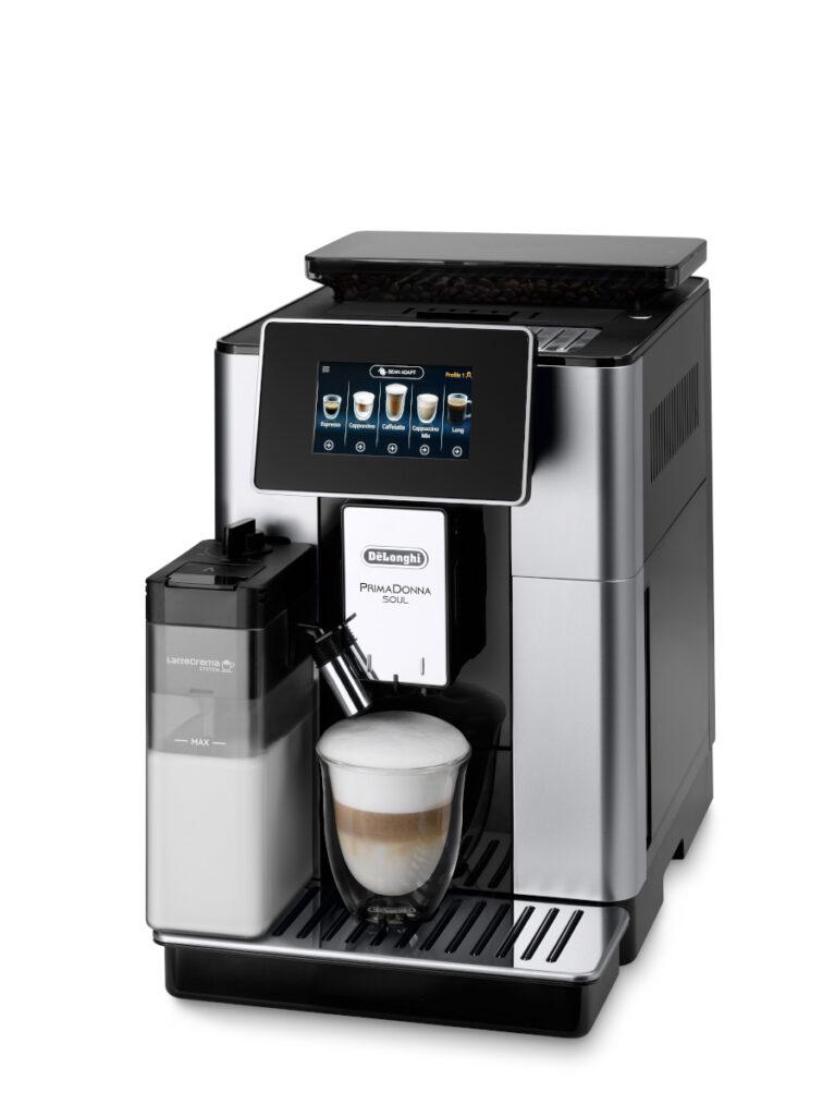 Kaffeevollautomat von DeLonghi auf weißem Hintergrund