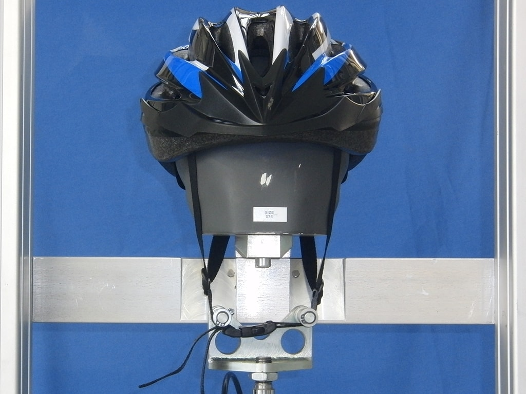 Dunlop-Helm frontal auf Metallkopf mit gestreckten Kinnriemen