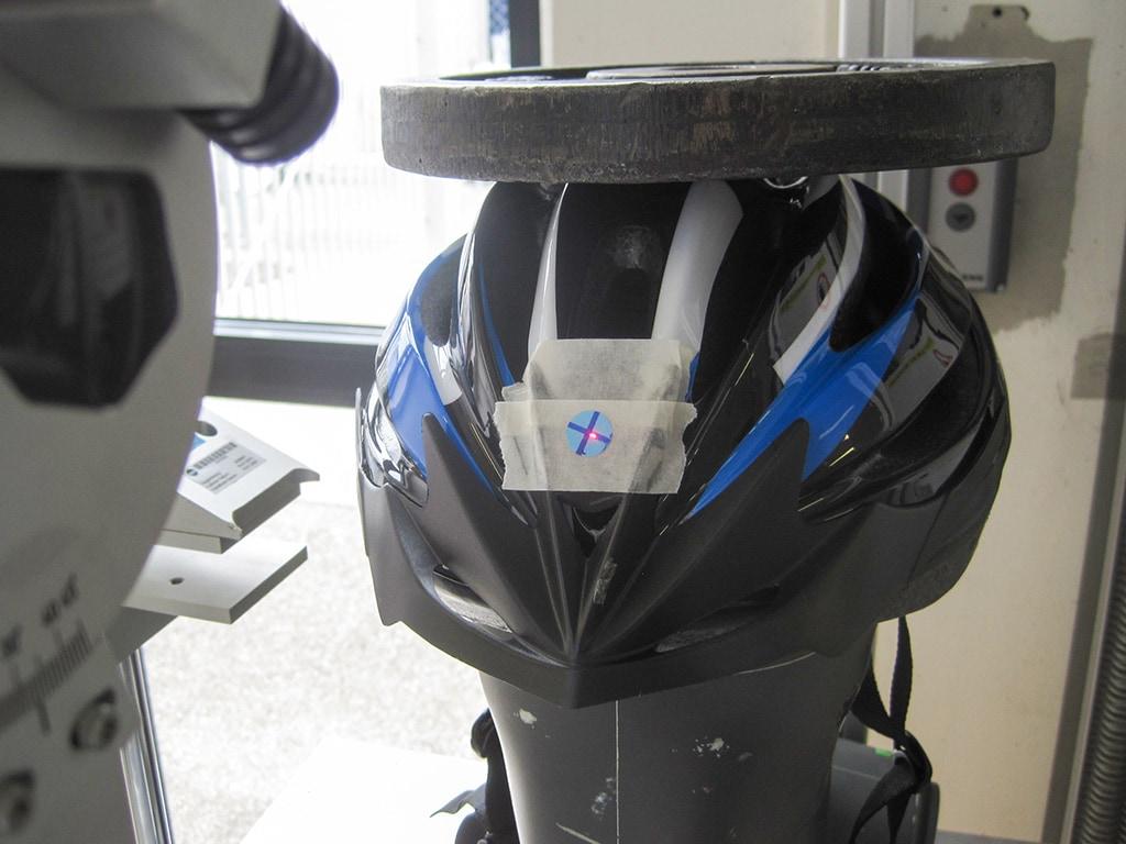 Dunlop-Helm frontal auf Dummy-Kopf mit Gewicht oben auf