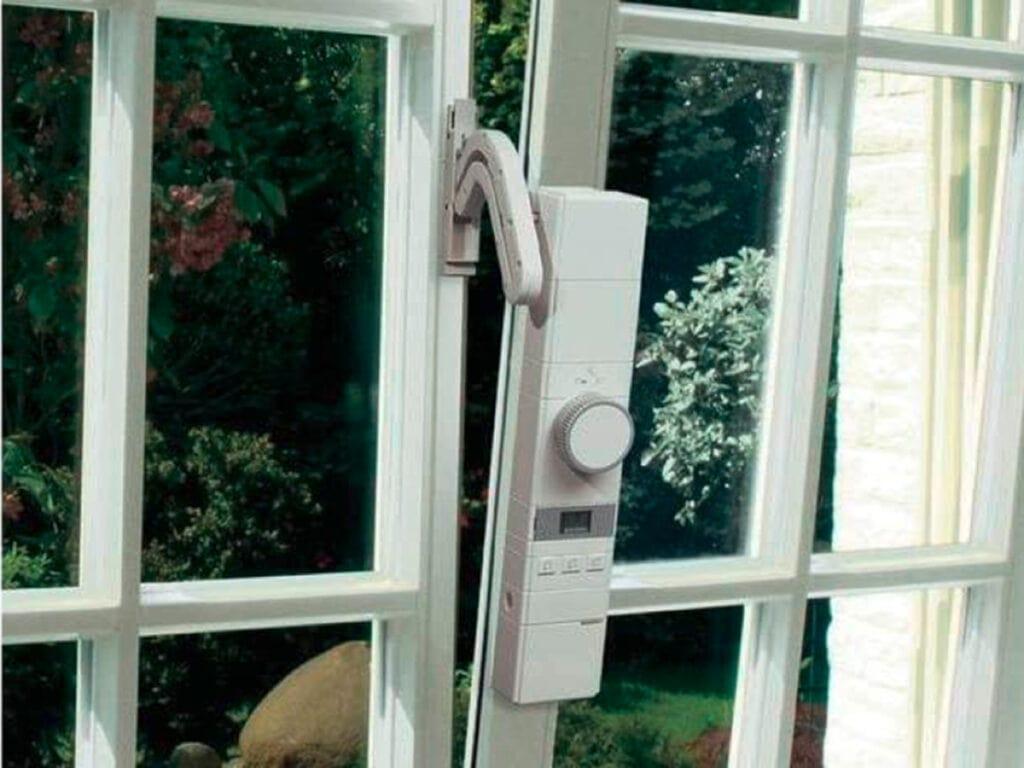 Fenster gekippt mit schmales angebrachtes Gerät