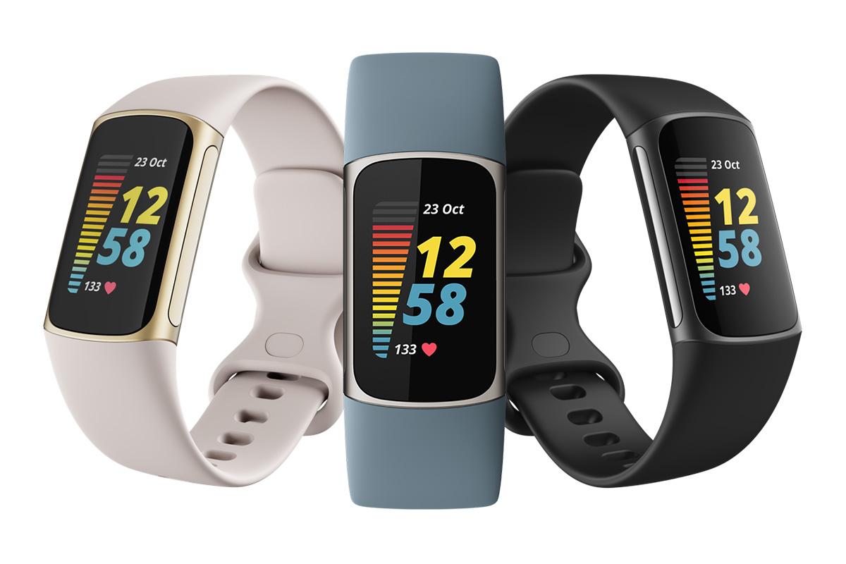 DIe Fitbit Charge 5 in beige, blau und schwarz.