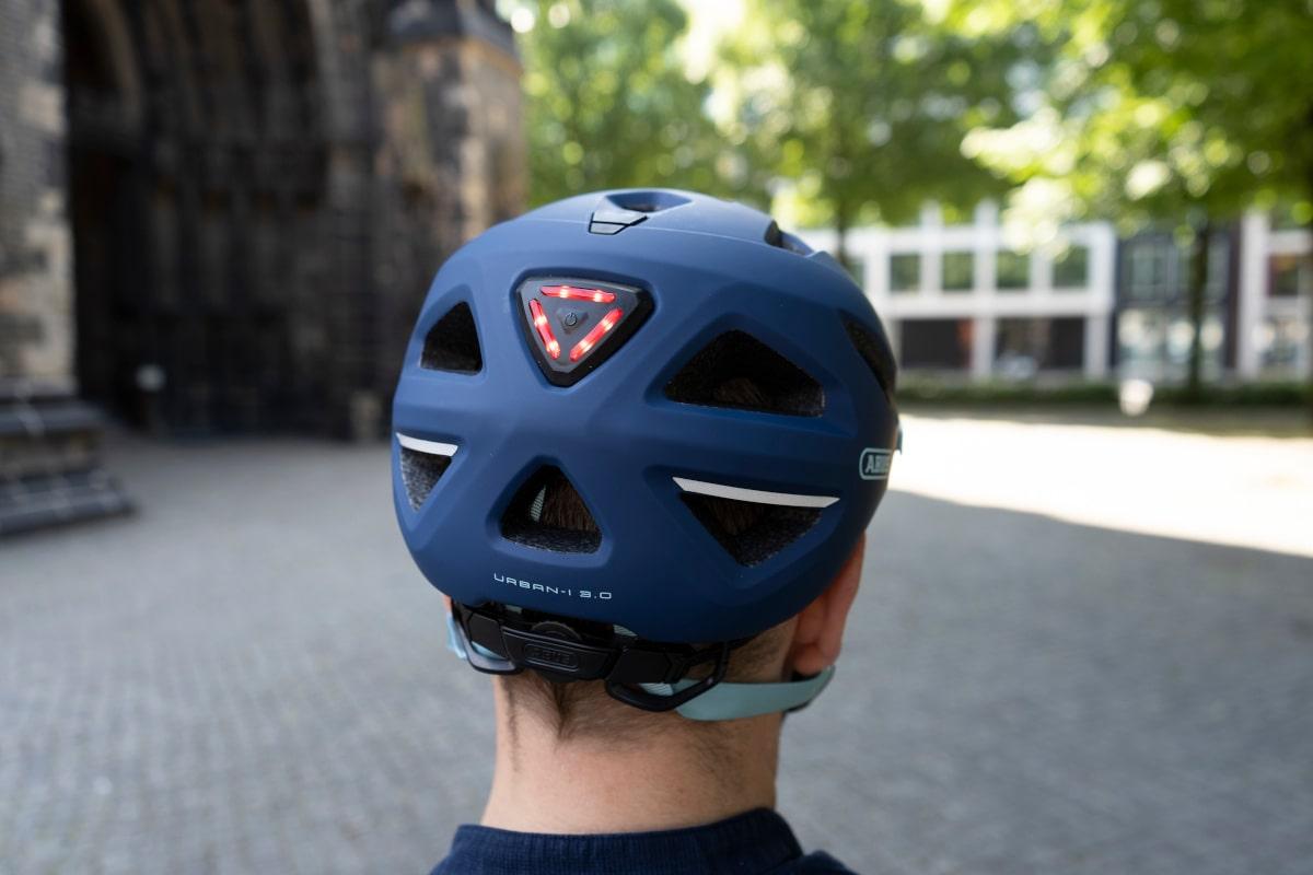 Abus Helm auf Männerkopf von hinten mit Rücklicht