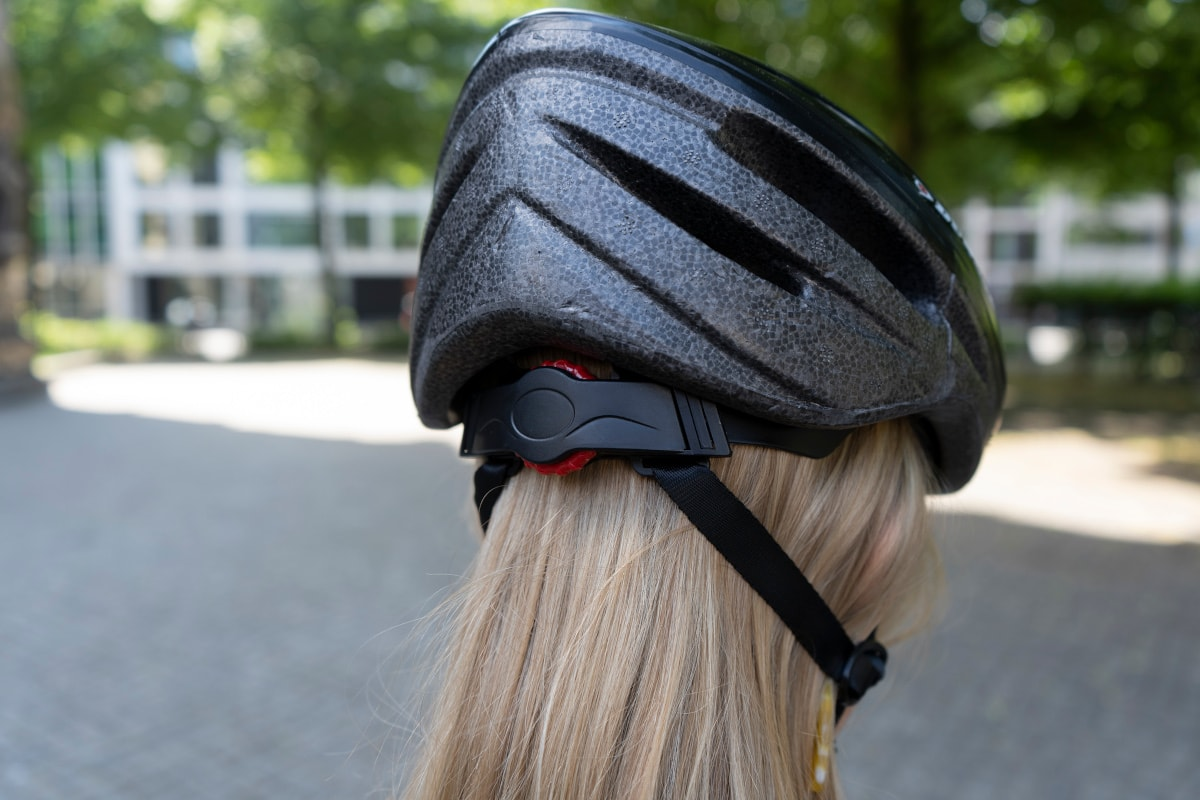 Dunlop-Helm auf Frauenkopf von hinten
